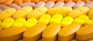 Comprimés colorés avec des capsules Photo stock