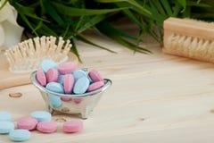 Comprimés de couleur de temps de Bath pour des enfants sur le fond en bois photographie stock libre de droits