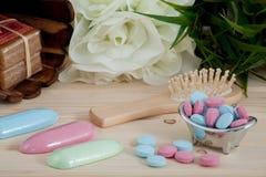 Comprimés de couleur de temps de Bath pour des enfants sur le fond en bois images libres de droits