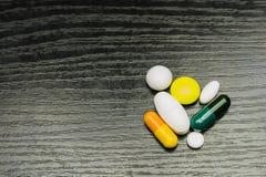 comprimés de couleur différente et en forme différente pour différentes maladies Photo libre de droits