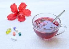 Comprimés de thé et de médecine de ketmie Images libres de droits