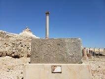 Comprimés en pierre devant des piliers photo stock
