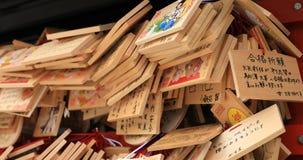 Comprimés votifs au tombeau de myojin de Kanda dans l'inclinaison de Tokyo banque de vidéos
