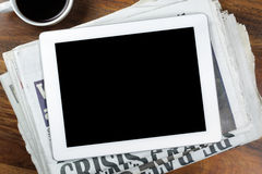 Comprimé de Digital avec l'écran vide sur le journal Photographie stock