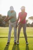 Comprimento completo da mulher de ensino masculina madura do jogador de golfe Fotos de Stock Royalty Free