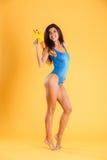 Comprimento completo da mulher no roupa de banho azul que guarda a arma de água Imagens de Stock Royalty Free