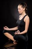 Comprimento completo de uma jovem mulher que meditating Imagens de Stock