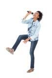 Comprimento completo de uma mulher que canta em um microfone foto de stock