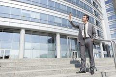 Comprimento completo do homem de negócios que toma o autorretrato em etapas fora do escritório Imagem de Stock Royalty Free