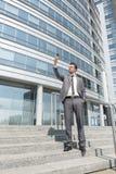 Comprimento completo do homem de negócios que toma o selfie em etapas fora do escritório Fotos de Stock Royalty Free
