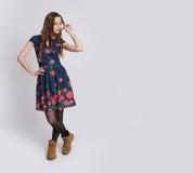 Comprimento completo do levantamento fêmea bonito no vestido imagens de stock