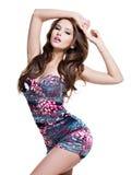 Comprimento completo do modelo 'sexy' da forma que levanta na mini saia foto de stock
