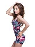 Comprimento completo do modelo 'sexy' da forma que levanta na mini saia foto de stock royalty free