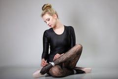 Comprimento completo moderno do dançarino de bailado da mulher do estilo foto de stock royalty free