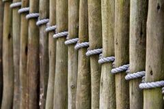 Comprimento da madeira que cerca amarrado com corda Fotos de Stock Royalty Free