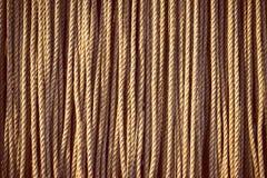Comprimentos da corda natural pesada que pendura verticalmente imagem de stock royalty free