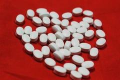 Comprimido branco da tabuleta com uma forma do coração imagens de stock royalty free