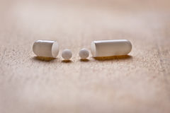Comprimido com glóbulo da homeopatia Fotografia de Stock