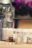 Comprimido com glóbulo da homeopatia Fotos de Stock