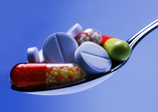 Comprimido da medicina no azul Fotografia de Stock Royalty Free