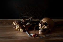 Comprimido da seringa e de veneno com o crânio Fotos de Stock Royalty Free