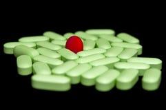 Comprimido vermelho redondo dos comprimidos verdes Imagem de Stock