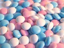 Comprimidos azuis, brancos e cor-de-rosa Fotos de Stock Royalty Free