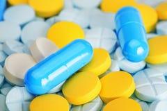 Comprimidos azuis em um grupo de comprimidos médicos Imagens de Stock