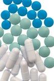 Comprimidos brancos da cápsula, os verdes e os azuis Fotografia de Stock Royalty Free