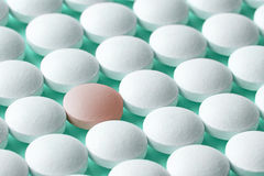 Comprimidos brancos e cor-de-rosa Fotografia de Stock Royalty Free