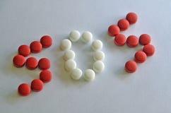 Comprimidos brancos e vermelhos da prescrição em S O S Imagens de Stock Royalty Free