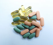 Comprimidos coloridos em um fundo branco Fotos de Stock