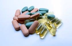 Comprimidos coloridos em um fundo branco Fotografia de Stock Royalty Free