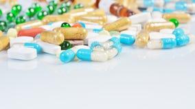 Comprimidos coloridos isolados no fundo branco Fotografia de Stock