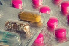 Comprimidos coloridos na cápsula transparente da medicina, conceito futuro da medicina da nanotecnologia imagem de stock