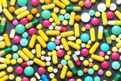 Comprimidos coloridos no fundo cinzento Fotografia de Stock Royalty Free