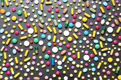 Comprimidos coloridos no fundo cinzento escuro Imagens de Stock Royalty Free