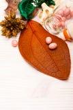 Comprimidos cor-de-rosa da forma da bola na folha alaranjada Fotografia de Stock