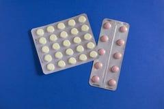 Comprimidos cor-de-rosa e brancos Fotos de Stock