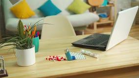 Comprimidos da alergia e um inalador asmático em uma tabela em um apartamento moderno filme