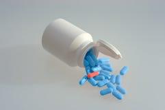 Comprimidos da medicina com um frasco branco Imagem de Stock Royalty Free