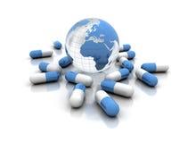 Comprimidos da medicina e globo do mundo isolado no branco Foto de Stock