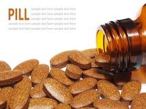 Comprimidos da medicina que derramam fora de uma garrafa de comprimido isolada em b branco Imagens de Stock Royalty Free