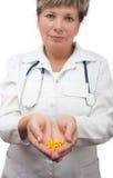 Comprimidos da terra arrendada do doutor da mulher Imagens de Stock Royalty Free