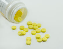 Comprimidos das tabuletas isolados no fundo branco imagens de stock