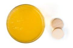 Comprimidos das vitaminas solúveis na água Foto de Stock