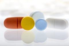 Comprimidos de Collor no fundo branco Imagens de Stock