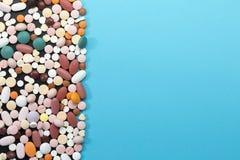Comprimidos diferentes com espaço da cópia fotos de stock