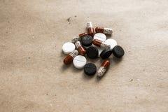 Comprimidos diferentes no papel Imagens de Stock