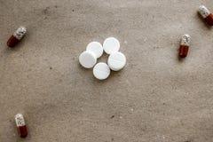 Comprimidos dos comprimidos no papel Fotos de Stock